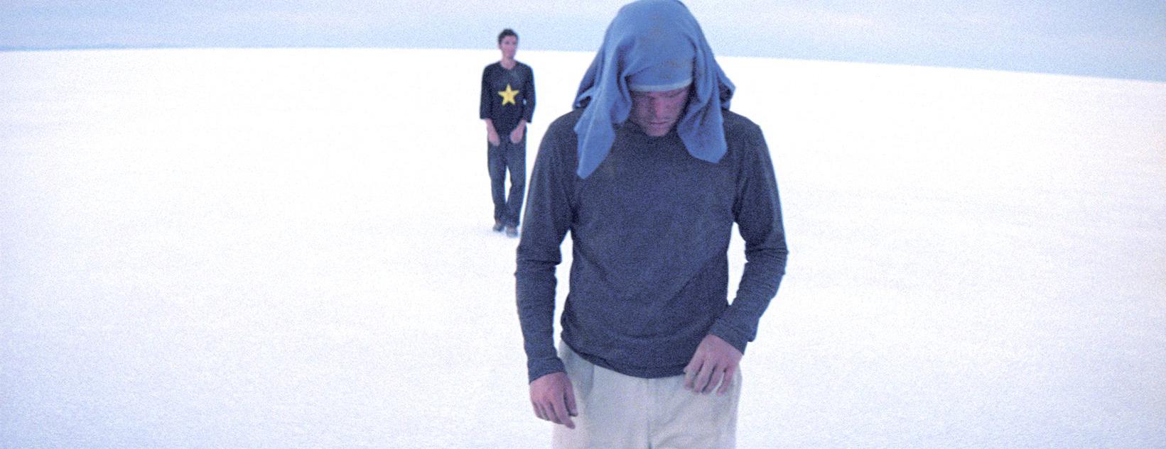 Deux hommes marchant dans le désert.
