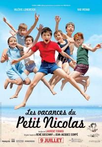 Les enfants sautent, sur la plage