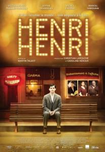 Henri assis sur un banc devant un cinéma.