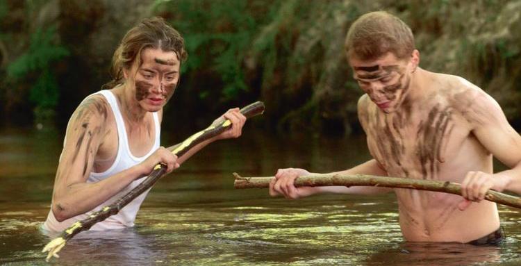 Les deux personnages pêchent