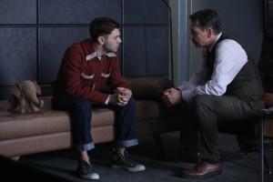 Michael et Dr Greene discutent.