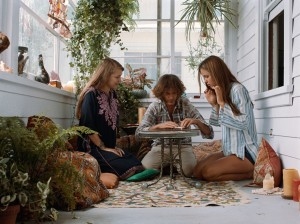 Joaquin Phoenix, Katherine Waterston et Joanna Newsom dans Inherent Vice