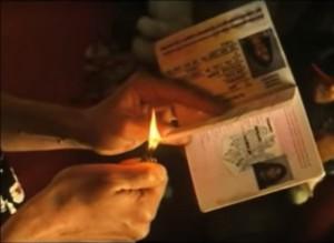 Un personnage brûle son passeport, dans Clandestins