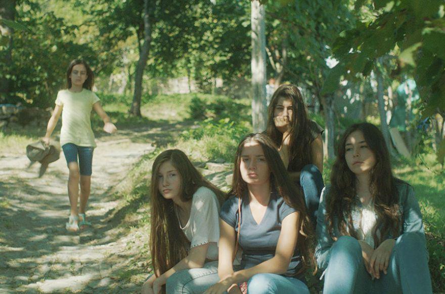 Les cinq soeurs dans la forêt.