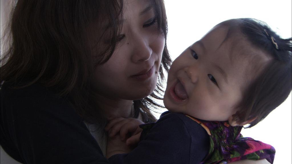 Au Japon, bébé Mari, dans les bras de sa mère.
