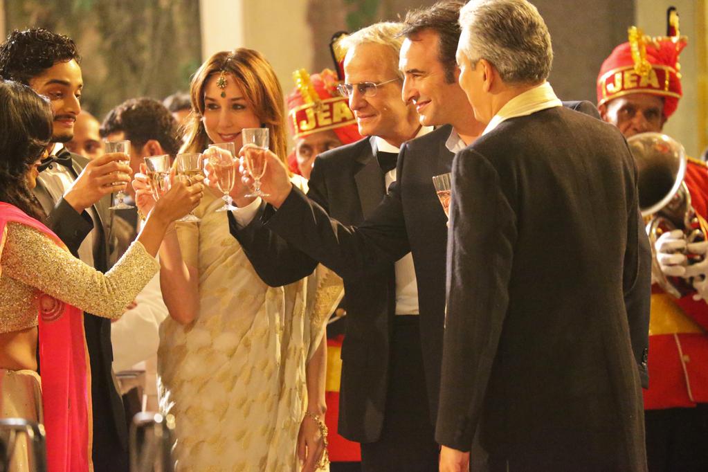 Anna, Samuel, Antoine au dîner de l'ambassade de France à Bombay, dans Un plus une.
