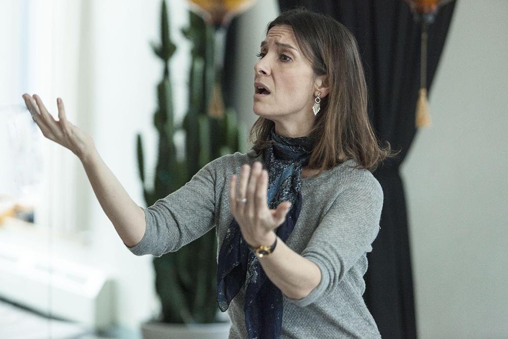 Hannah (Géraldine Pailhas) dirige le chant, dans Mobile étoile.