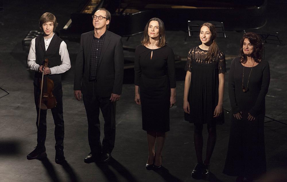 Les membres de l'ensemble Les Cantiques saluent le public, dans Mobile étoile.