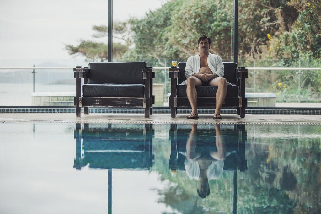 David est assis sur un fauteuil à la piscine de l'Hôtel, dans The Lobster.
