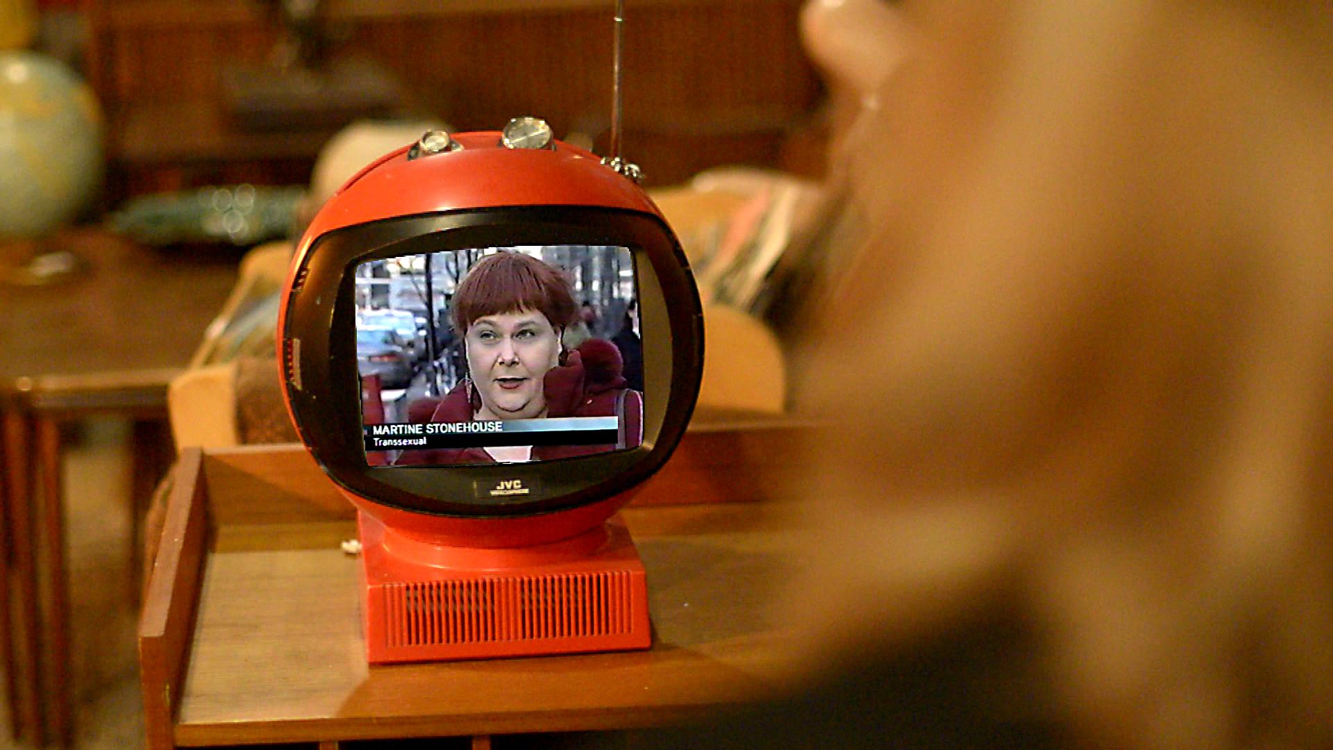 Martine se regarde à la télévision, dans Transfixed.