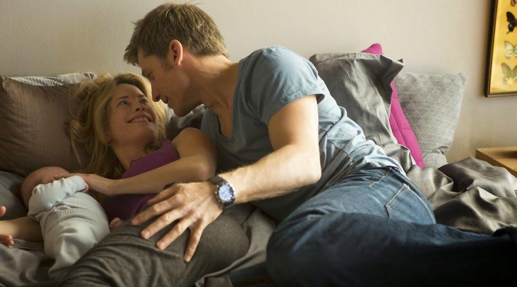 Andreas et sa famille, étendus sur le lit, dans A Second Chance.