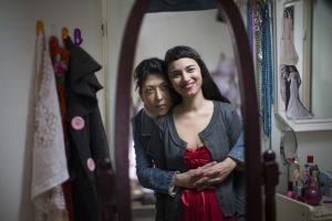 Mère et fille dans Wedding Doll, devant le miroir.
