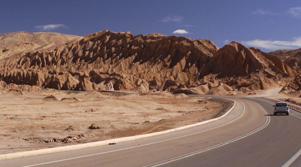 Voiture sur une route dans un désert, dans Au pays de la muraille enneigée