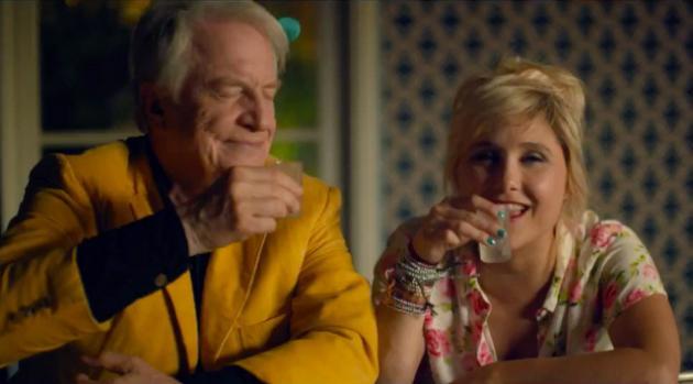 Hubert et Manuela boivent un shooter, dans Adopte un veuf.