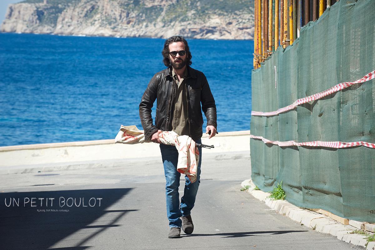 Jacques (Romain Duris) marche près de la mer, dans Un petit boulot.