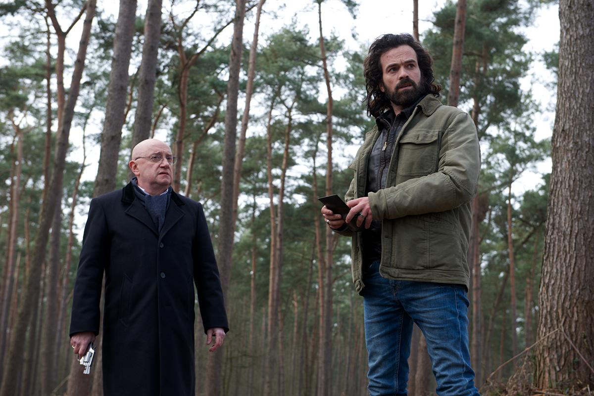 Gardot (Michel Blanc) et Jacques (Romain Duris) sont dans une forêt, dans Un petit boulot.