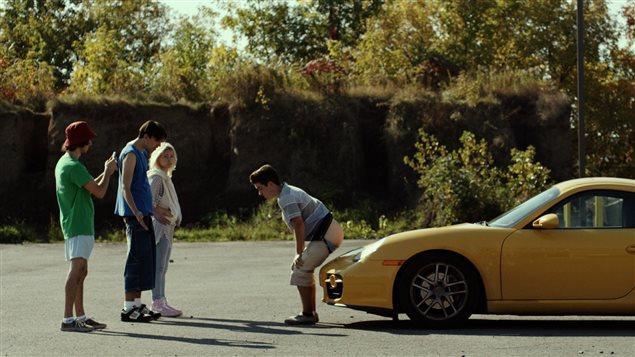 Stefie essaie de faire caca sur une voiture pendant que ses amis le filment, dans Prank.