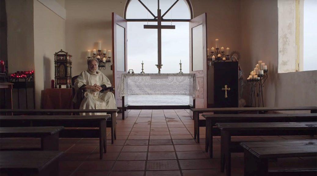 Le père Douglas, seul dans son église (The Vessel).