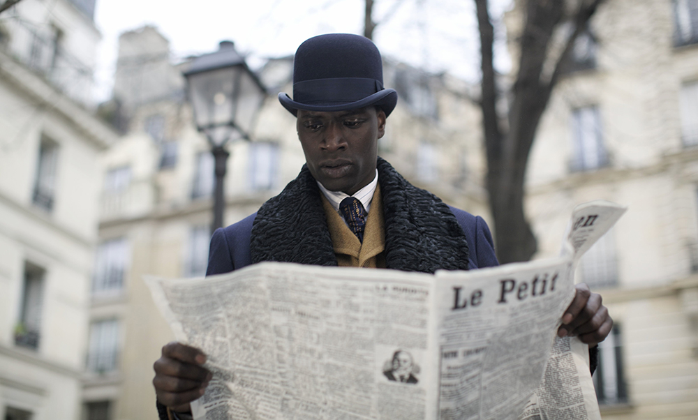 Chocolat (Omar Sy) lit le journal.