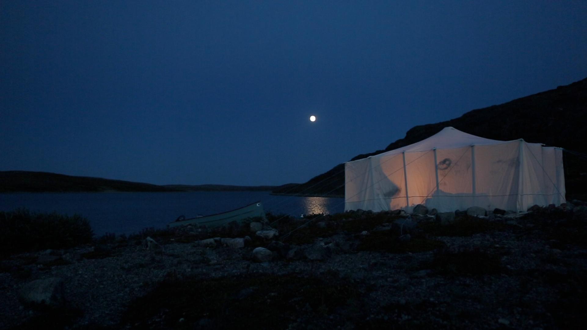 Nuit en camping sur une île, dans Chez les géants