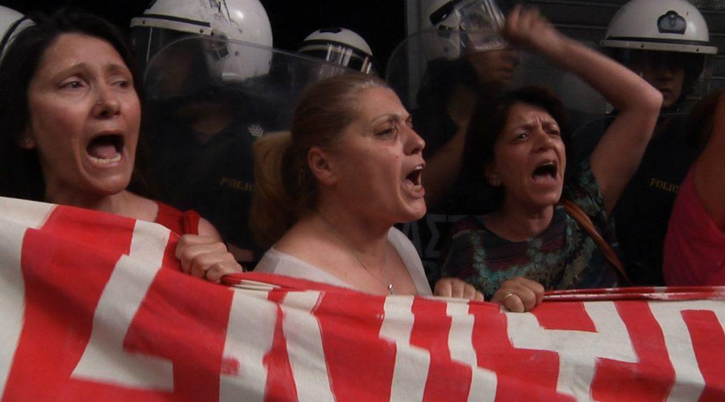 Les femmes de ménage licenciées au cours d'une manifestation, dans Combat au bout de la nuit.