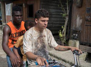 Alex, son jeune frère et un des membres du gang local sur une moto, dans X Quinientos