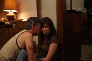 John (Stephen Curry) et Evelyn (Emma Booth)