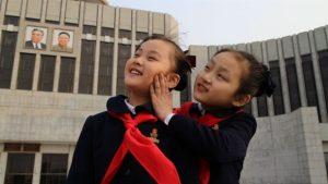 Zin-mi et une autre petite fille, dans Under the Sun