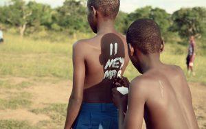 Des enfants se préparent à leur match de football, dans Chantravay