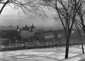 L'Hôtel-Dieu en noir et blanc (image d'archives), dans Le dernier souffle.