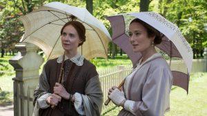 Les deux sœurs Emily Dickinson (Cynthia Nixon) et Lavinia Dickinson dite Vinnie (Jennifer Ehle) se promenant dans les jardins. L'arrière-plan pourrait être un véritable tableau impressionniste… Emily Dickinson: A Quiet Passion