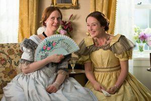 Les deux sœurs Emily et Vinnie qui surenchérissent les blagues à l'encontre de leur amie en train de danser avec un inconnu. Emily Dickinson: A Quiet Passion
