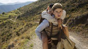 Maurice porte son jeune frère, dans Un sac de billes