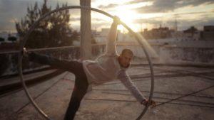 Mohamed s'entraîne dans la roue Cyr, dans Rue de la Victoire
