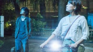 Mika et Shinji regardent le ciel de Tokyo, dans The Tokyo Night Sky Is Always the Densest Shade of Blue