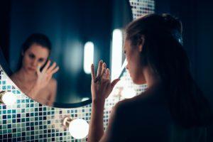 Kira devant le miroir - Replace