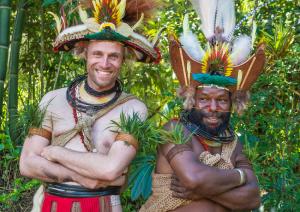Mundiya Kepanga et son interprète, dans Frères des arbres