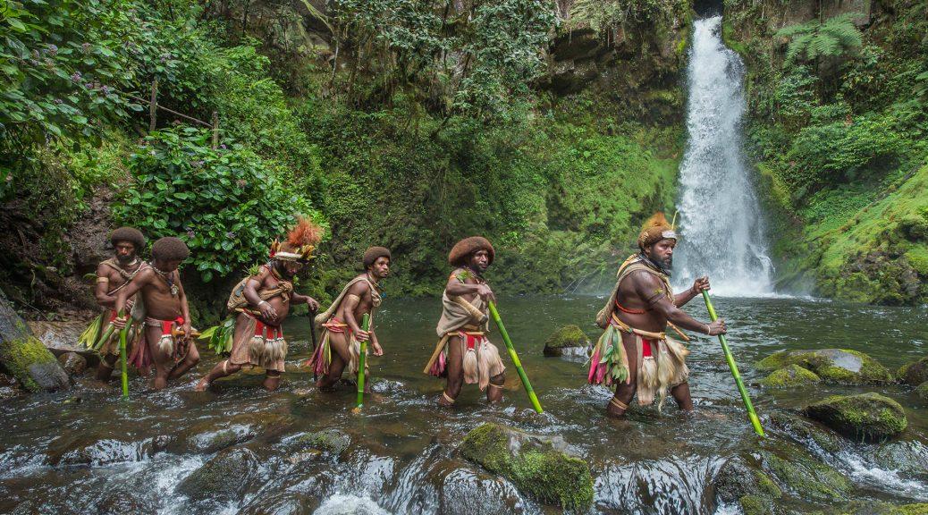 La tribu de Mundiya Kepanga, dans Frères des arbres
