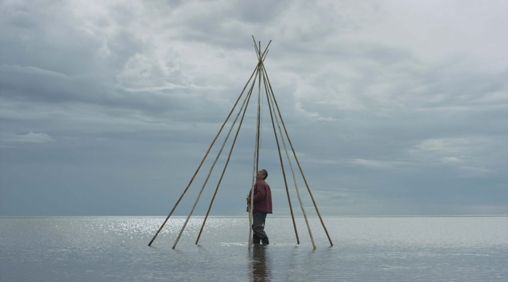 Le personnage, au milieu des eaux, dans un tipi (Gods Acre)