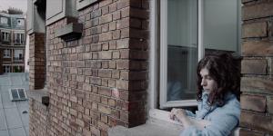Solange à la fenêtre de son appartement, dans Solange et les vivants