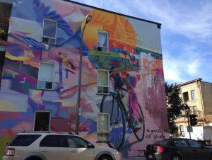 Murale sur un immeuble, dans Quartiers sous tension
