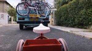 Le tricycle est tombé de la voiture, dans Détour