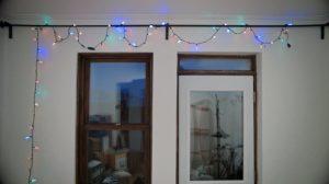 Des lumières de Noël suspendues à une tringle à rideaux, dans Claire l'hiver