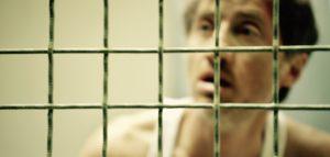 Francis, derrière les barreaux, dans Innocent