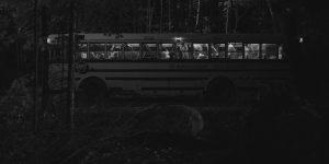 """Arrivée des """"participants"""" dans la forêt, en autobus, dans Lost Paradise Lost"""