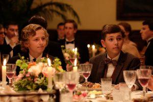 Fidor et Félix, lors d'une soirée donnée par les Anglais, dans Pieds nus dans l'aube