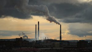 Les cheminées d'usine qui crachent des volutes de soufre (Sur la lune de nickel)