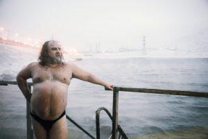 Un travailleur de Norilsk qui vient de prendre un bain glacé (Sur la lune de nickel)
