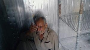 Un père venu identifier le corps de son fils à la morgue locale, dans Nowhere to Hide