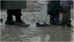 Les réfugiés vivent dans la boue, dans Des spectres hantent l'Europe